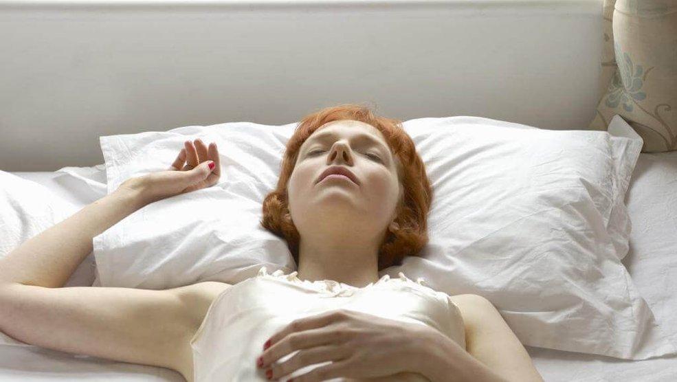 Все о позах сна: на спине